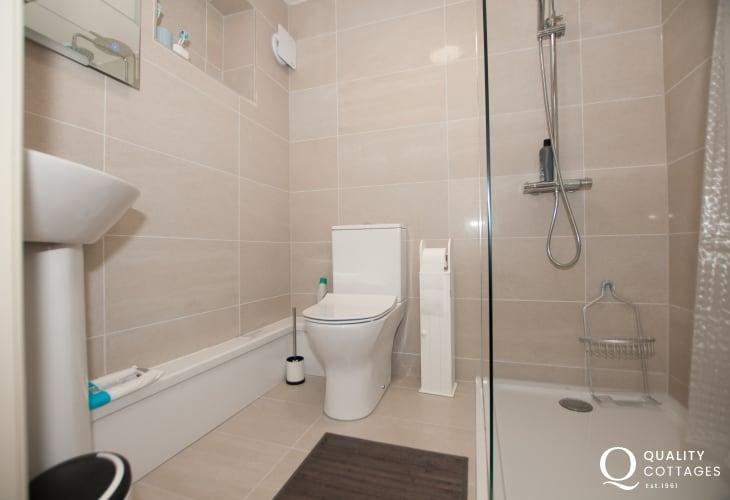 Anglesey holiday cottage sleeps 6 - ground floor bathroom