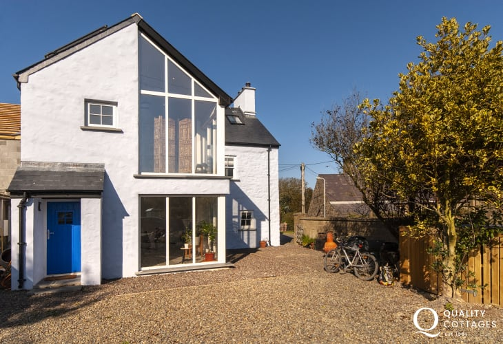 Porthgain - modern newly extended holiday home with sea and coastal views