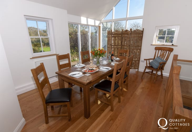 Porthgain holiday home - open plan dining area with large glass windows