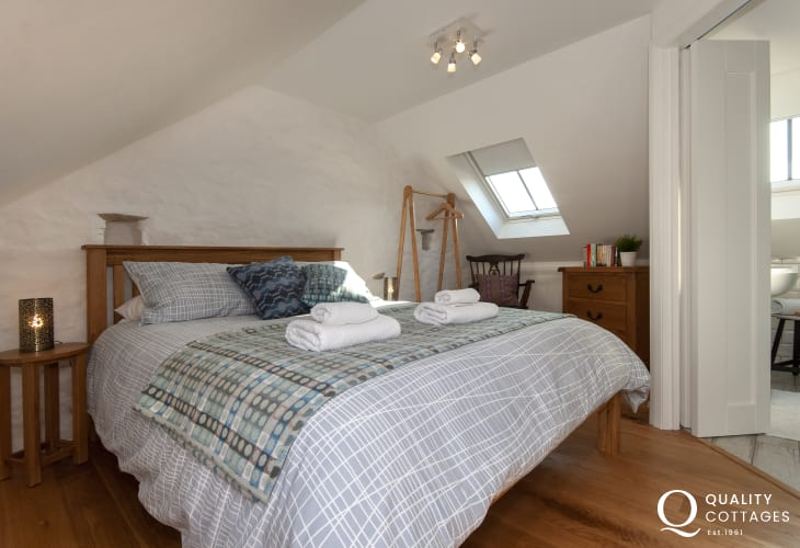 Abercastle holiday home - second floor king size en-suite  master bedroom