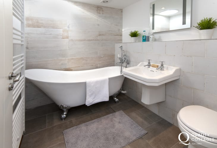 Porthgain holiday cottage - 'Slipper' style family bathroom