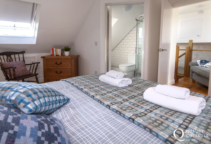 Porthgain holiday home - second floor king size master bedroom