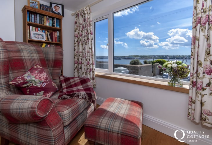 Pet friendly Pembrokeshire cottage with river views from the sitting room bay window