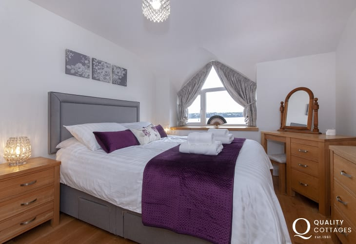 Luxury Pembrokeshire holiday cottage - king size master en-suite bedroom with river views