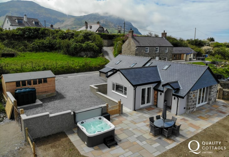Luxury self-catering cottage set in prime position above Trefor harbour and beach