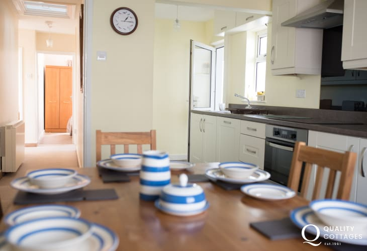 Aberdaron holiday cottage sleeps 6 - kitchen