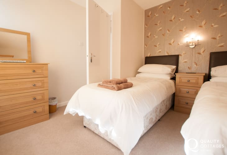 Pet friendly cottage Aberdaron - twin bedroom