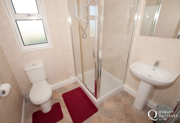Aberdaron holiday cottage - shower room
