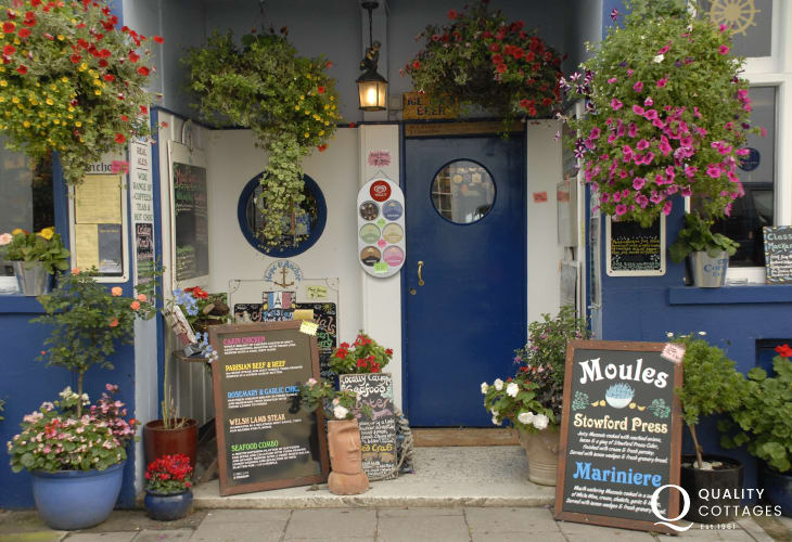 Hope & Anchor - a popular real 'locals' pub specialising in locally cooked seafood