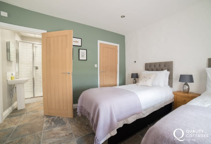 Anglesey holiday cottage - twin ensuite bedroom