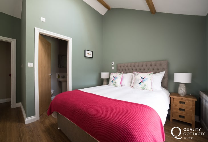 Anglesey holiday cottage - double ensuite bedroom