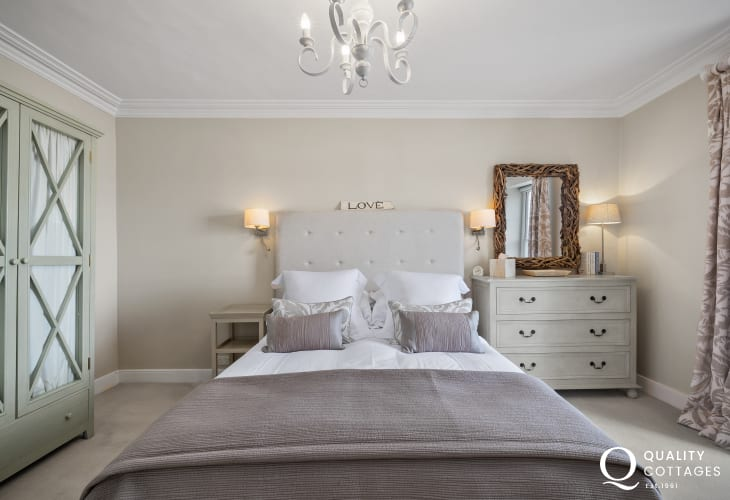 Romantic getaway New Quay holiday cottage - Bedroom   king size bed, wardrobe, chest, driftwood mirror