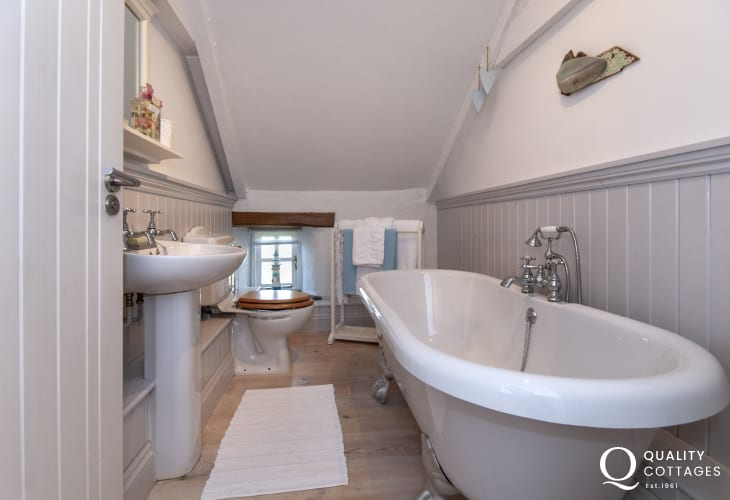 Abereiddy holiday cottage - family bathroom with roll top bath
