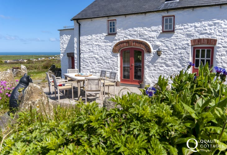 Porthgain holiday cottage - patio with panoramic sea views