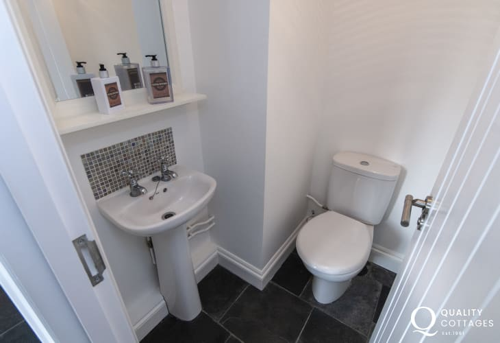 Holiday cottage Abereiddy - cloak room with separate shower