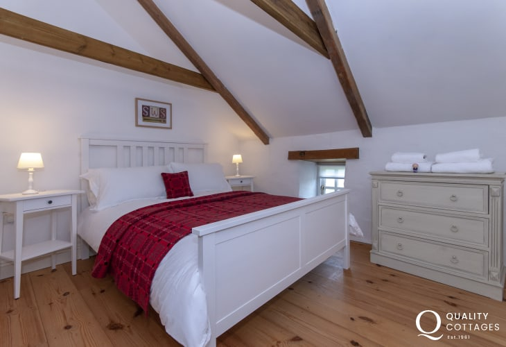 North Pembrokeshire restored cottage sleeps 6 - double