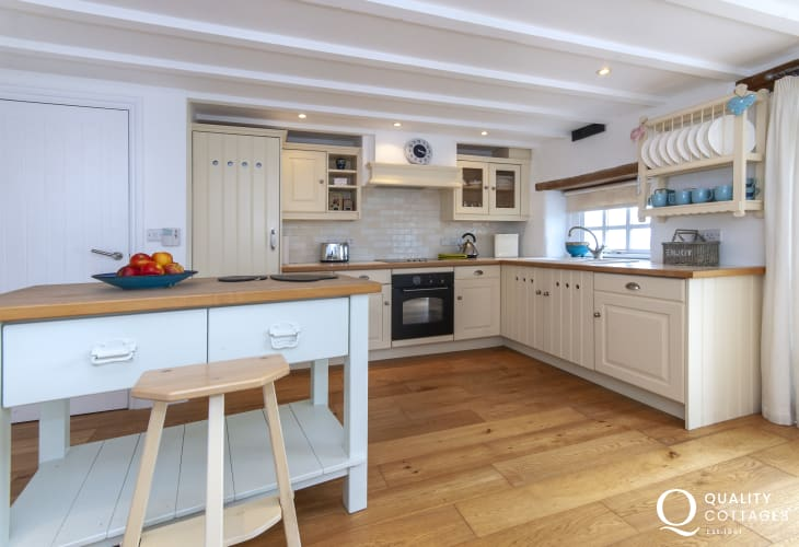 Self-catering Abereiddy coastal cottage - bespoke country style kitchen/diner