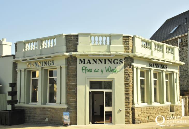 Mannings Grocers nearby was once the old HSBC Bank - now a green grocers/deli with coffee shop serving largely organic, vegan and vegetarian food