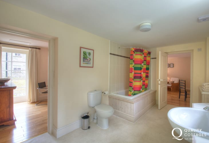 Mid Wales holiday cottage - bathroom