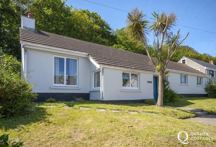 Dale - modern holiday bungalow near the sea with enclosed gardens - pets welcome