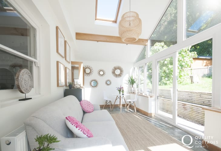 Dale holiday home with conservatory and doors to the garden - dogs welcome