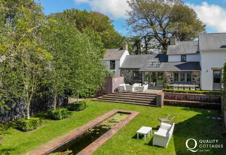 Llyn Peninsula holiday cottage - exterior sleeps 12
