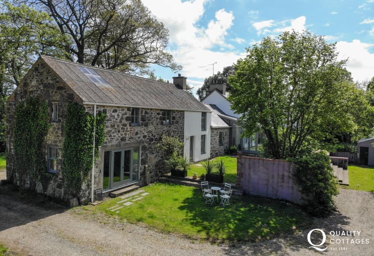 Pet friendly North Wales holiday cottage exterior sleeps 12