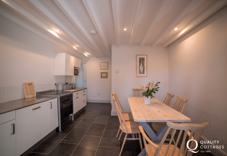 Pet friendly holiday house sleeps 12 - dining room