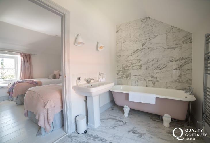 Luxury holiday house Wales - bedroom/bathroom