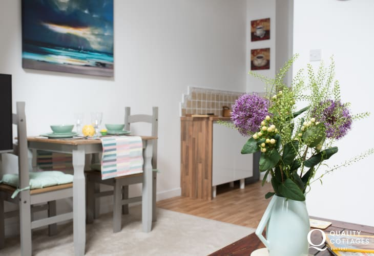 Criccieth apartment - dining table