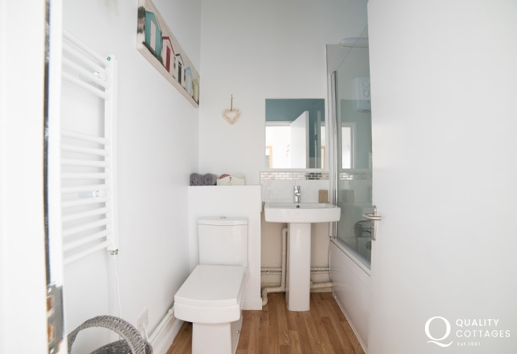 Criccieth self catering apartment - bathroom