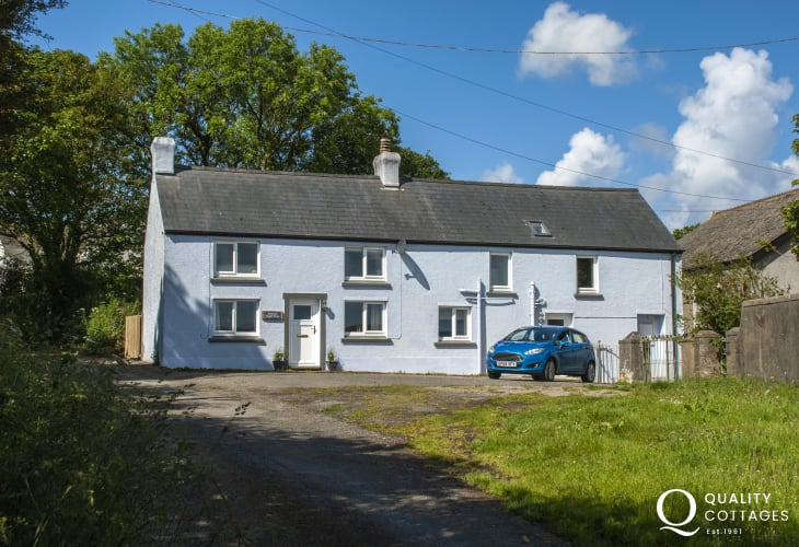 North Pembrokeshire coastal cottage with parking and gardens - pets welcome