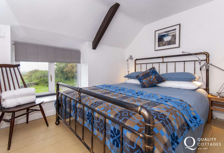 Pembrokeshire coastal cottage sleeping 6 - double with sea views