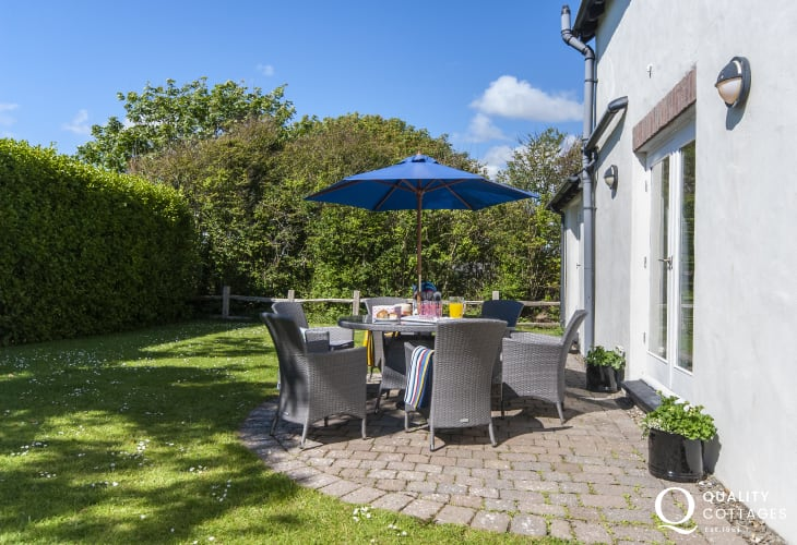 Bosherston holiday cottage with private garden and patio - dogs welcome