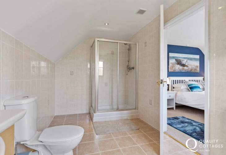 Tenby holiday cottage master ensuite shower room