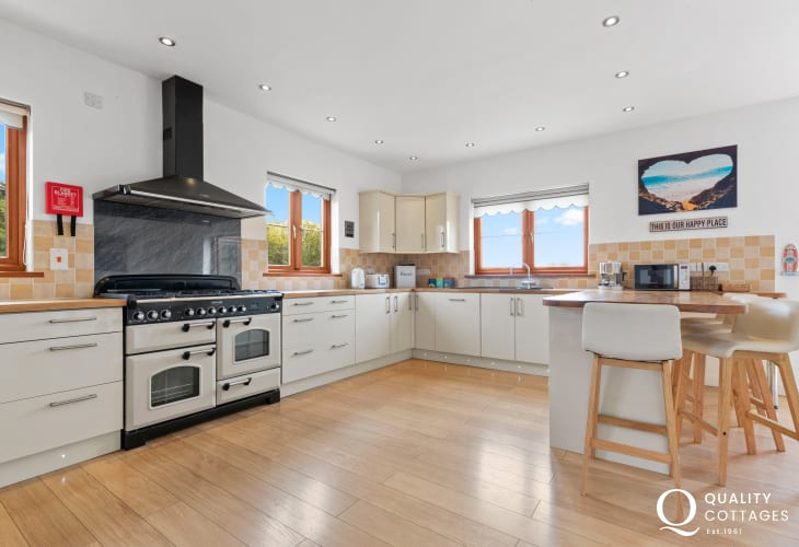 North beach Tenby cottage holiday - quality cream fitted kitchen