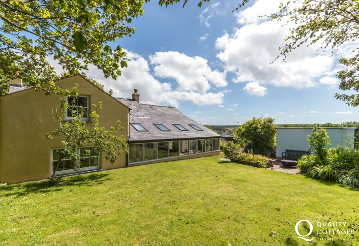 North Pembrokeshire coastal holiday cottage with conservatory and private garden