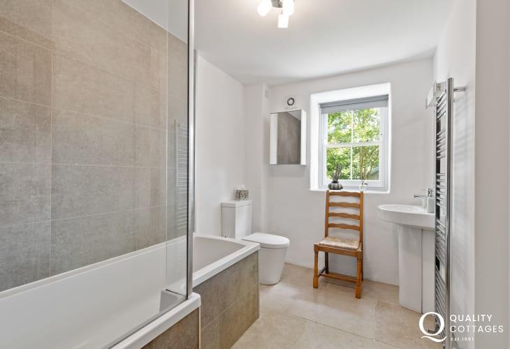 Solva holiday cottage - ground floor family bathroom