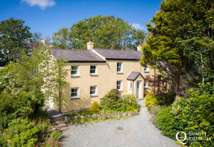 Solva holiday cottage with parking and enclosed gardens - pets welcome