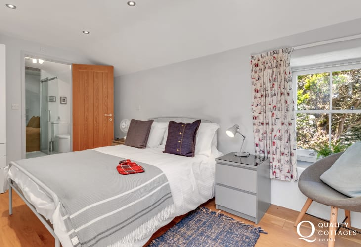 Pembrokeshire family holiday cottage - double with en-suite shower