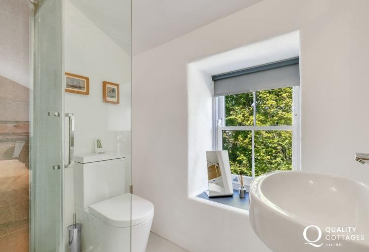 Solva holiday home - en-suite shower