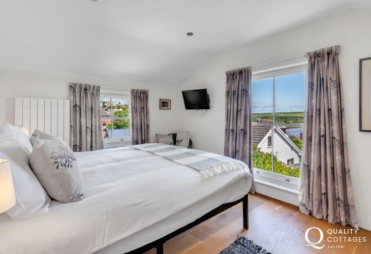 Master king size bedroom with en-suite shower