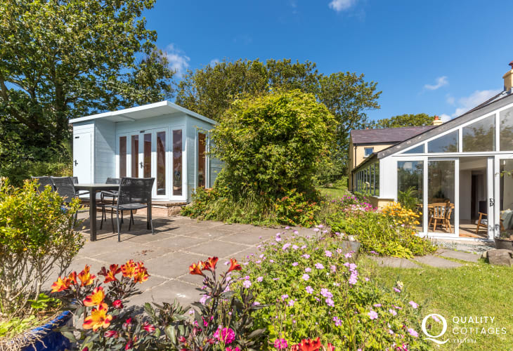 St Davids holiday cottage with private rear gardens - dogs welcome