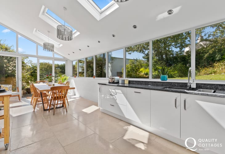 Self catering holiday home Solva - luxury modern kitchen with range cooker