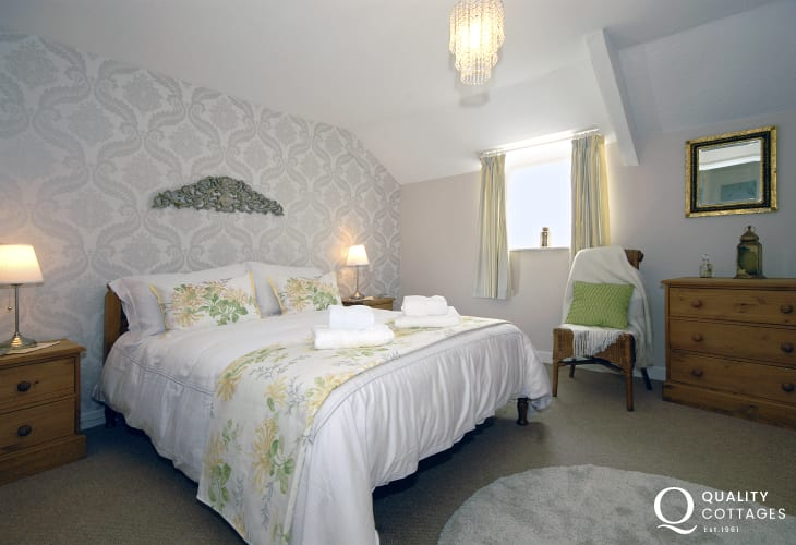 Pembroke holiday cottage sleeps 4 - double bedroom