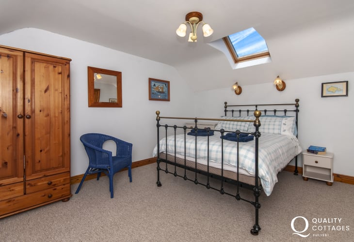 Abercastle holiday cottage - master double en-suite bedroom