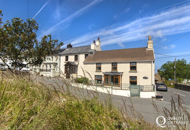 Mathry holiday cottage with rural views and small enclosed patio - dogs welcome
