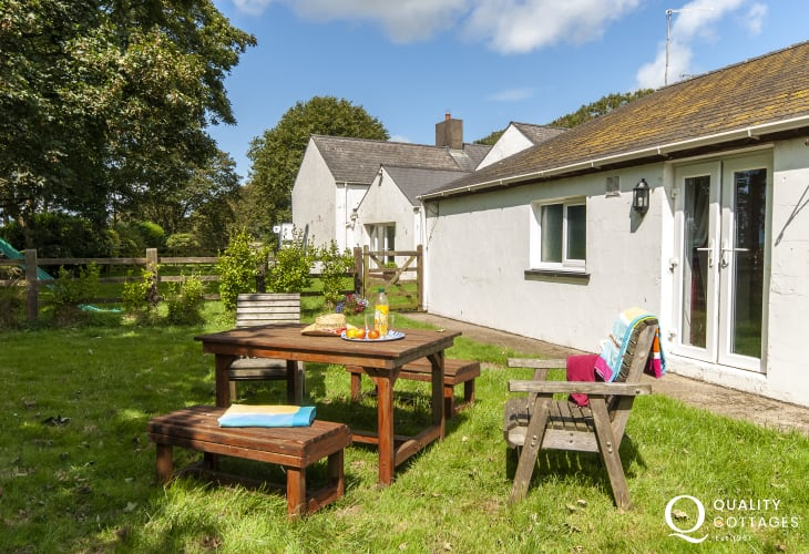 Pet friendly Solva holiday farm cottage - gardens