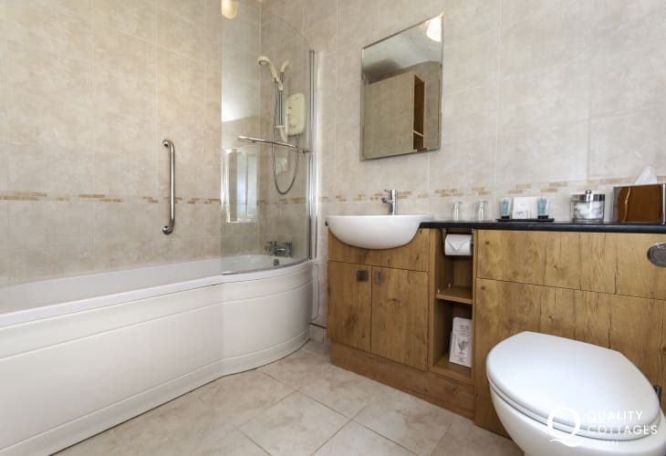 Solva holiday cottage - large ensuite family bathroom with 'P' shaped bath