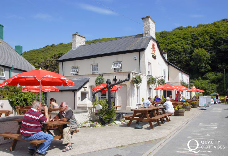 The Harbour Inn offers good pub food and the Sunday lunch is very popular